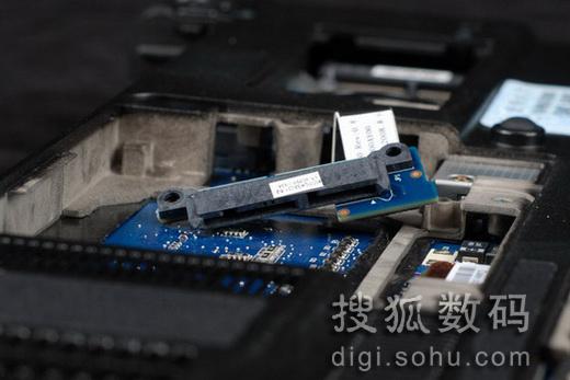 硬盘接口设计很是凸显技术   首先我们看到的是这款5400转的1.8寸硬盘,是出自东芝的SATA硬盘,硬盘采用了3D DriveGuard 硬盘防护技术,我们看见其被蓝色的软橡胶所包裹,而其SATA接口也是可以拆卸的,看来这款笔记本的集成度相当的高。