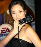 模特展示诺基亚新品手机
