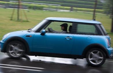 蓝色MiniCooper是红本的座驾