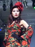 模特展示花瓣服装